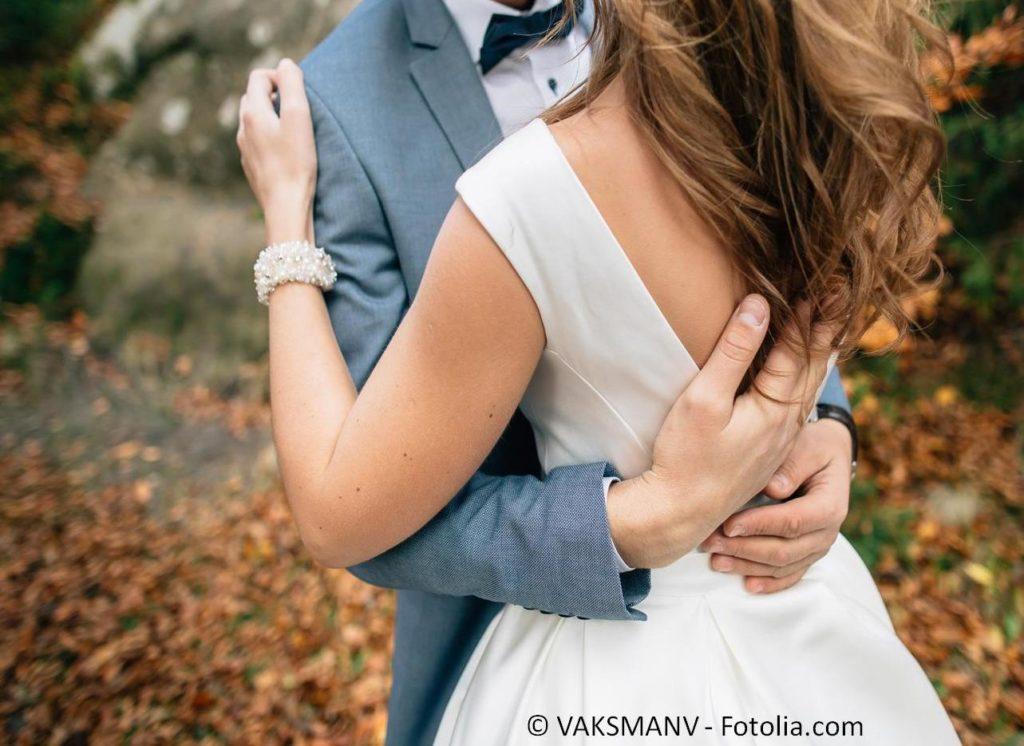 Die perfekte Mode für Braut und Bräutigam zur Hochzeit finden - #135293345   © VAKSMANV - Fotolia.com
